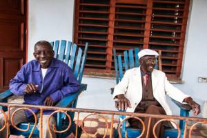 Glückliche Kubaner auf der Veranda